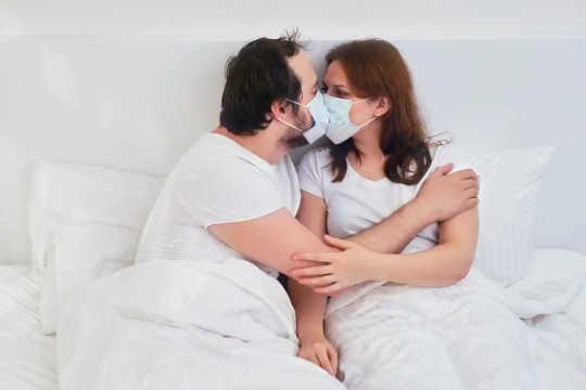 Коронавирус задерживается в организме? Что мы знаем о том, как вирусы вообще держатся в мозге и яичках