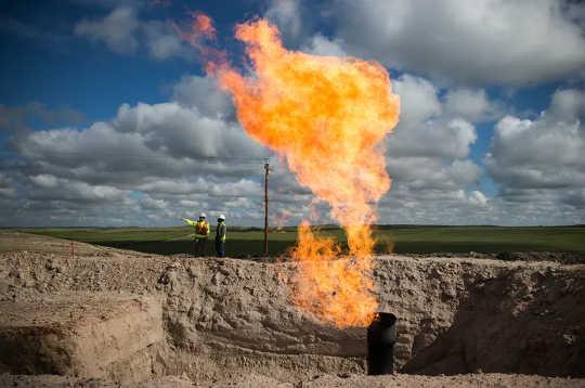 A queima rotineira de gás é um desperdício, poluente e submedida