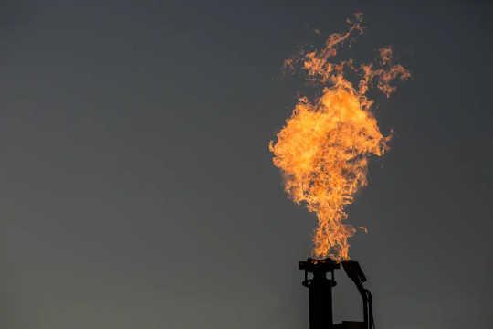 Rutinemessig fakkel av gass er sløsing, forurensning og undermåling