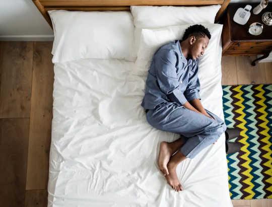Homme couché dans son lit à la solitude