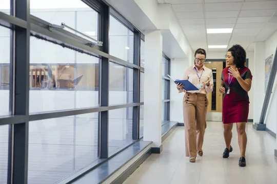 Две учительницы гуляют в коридоре