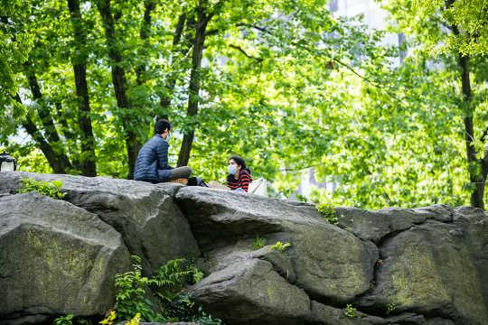 Twitterの投稿は、人々が非常に悲しい–と元気づけるために公園を訪れていることを示しています