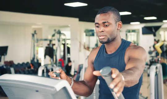 在健身房训练的年轻人。