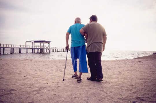 알츠하이머 병의 위험 증가와 관련된 10 가지 요소