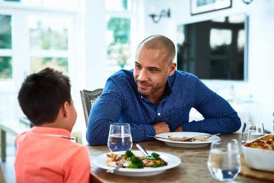 올바른 조언을 통해 자녀가 COVID-19 불안에 대처하도록 도울 수 있습니다.