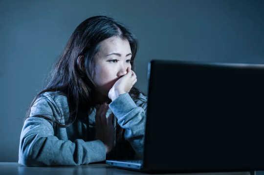 Femme regardant l'écran de l'ordinateur
