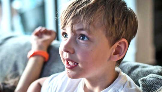Warum das Platzieren Ihrer Kinder vor dem Fernseher Ihren Stress erhöhen kann