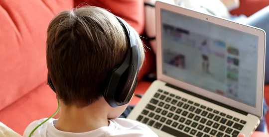 Với việc trẻ dành nhiều giờ thức dậy trên màn hình hơn bao giờ hết, đây là điều cha mẹ cần lo lắng