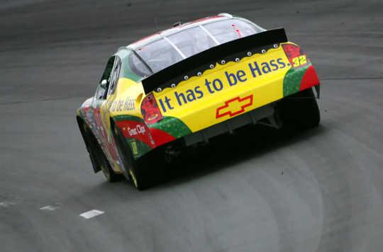 Um carro de corrida detalhado com uma propaganda do abacate Hass.
