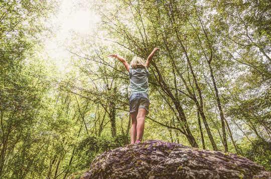 Genoux boueux et arbres grimpants: comment un été à l'extérieur peut aider les enfants à se ressourcer