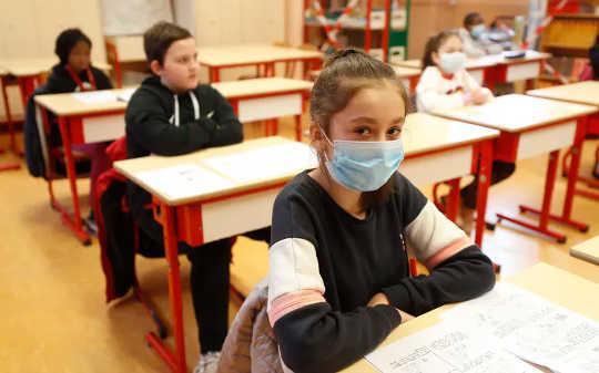 ¿Por qué los brotes de coronavirus son inevitables si las escuelas vuelven a abrir en muchas áreas?
