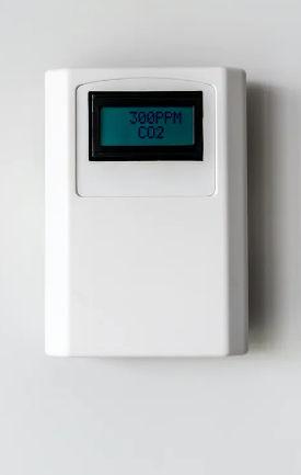 CO2-nivåer kan användas för att uppskatta om luften i ett rum är gammal och potentiellt full av partiklar som innehåller koronavirus. (hur man använder ventilation och luftfiltrering för att förhindra spridning av coronavirus inomhus
