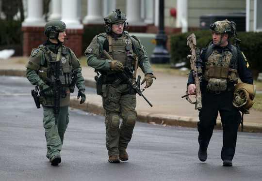 Polisi Dengan Banyak Perlengkapan Militer Membunuh Penduduk Sipil Lebih Sering Daripada Petugas Militer
