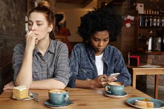 Wie unsere Telefone die Verbindung zu uns trennen, wenn wir zusammen sind