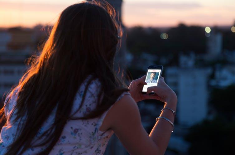 چگونه از Tinder برای بیشتر از قلاب های تازه استفاده می شود