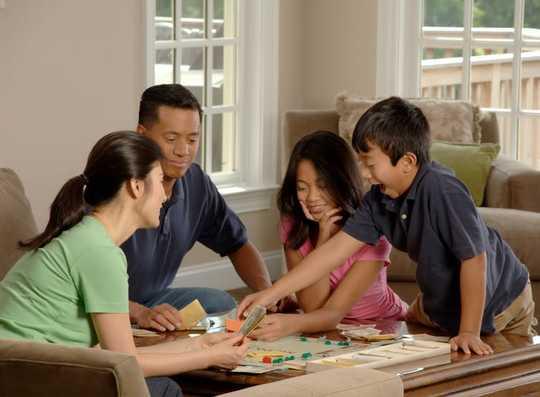 5 vinkkiä lasten näyttöajan käsittelemiseen sosiaalisen etäisyyden aikana