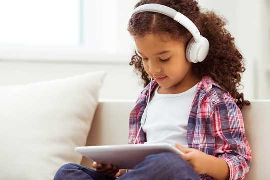 Hoe bescherm je de oren van je kinderen tijdens het gebruik van een koptelefoon tijdens de pandemie?