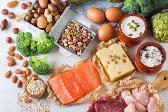 कितना प्रोटीन पाउडर, शेक और पूरक हमारे शरीर वास्तव में उपयोग कर सकते हैं?