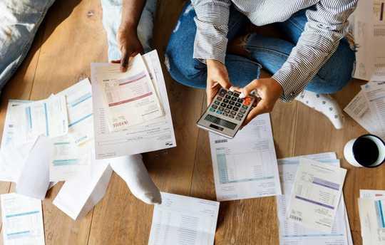 إليك ما يمكن أن يفعله الاقتصاد المتدهور للأزواج