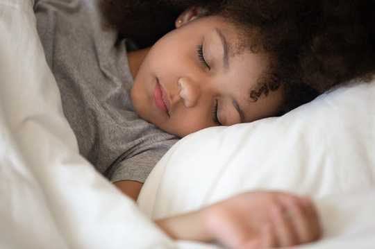 10 grunner til at barn utvikler søvnproblemer, og hvordan foreldre kan hjelpe