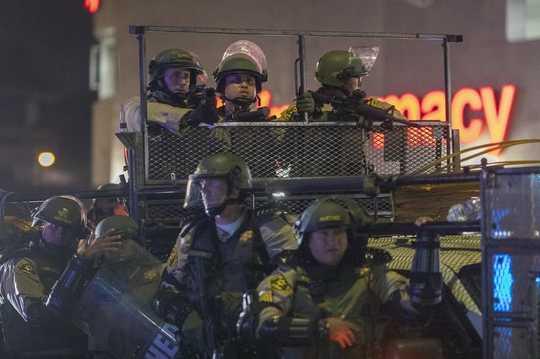 Hvordan militarisering har fremmet en politikultur, der sætter demonstranter op som fjenden