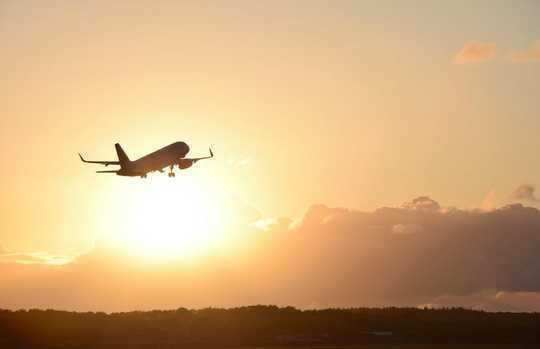 Solen setter seg i en uholdbar langdistanse, korttids turisme - regionale reisebobler er fremtiden