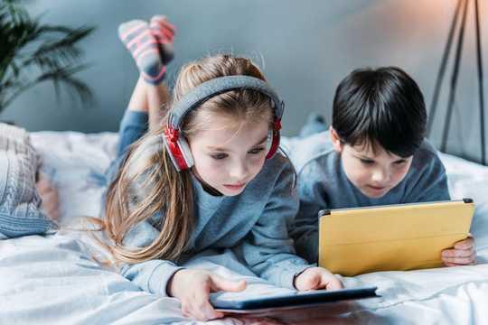 महामारी के दौरान हेडफ़ोन का उपयोग करते समय अपने बच्चों की कान की सुरक्षा कैसे करें?
