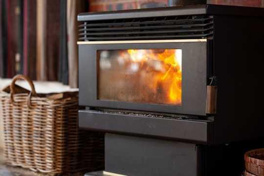 Como tener un camión al ralentí en su sala de estar: el costo tóxico de los calentadores de leña