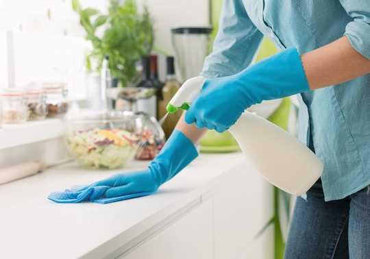 家庭用クリーニング製品はウイルスを殺すことができます–使用する専門家