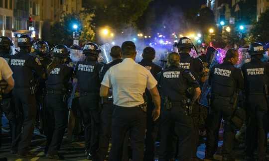 잔인한 폭력 혐의로 기소 된 경찰관은 종종 시민들에 의한 불만의 역사를 가지고 있습니다