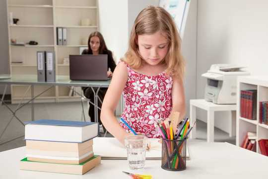 घर पर काम और युवा बच्चों को जगाने के लिए 6 रणनीतियाँ