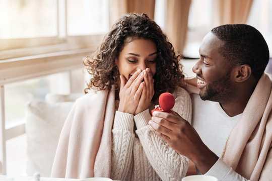 Mengapa Banyak Wanita Masih Menggunakan Nama Belakang Suami Mereka