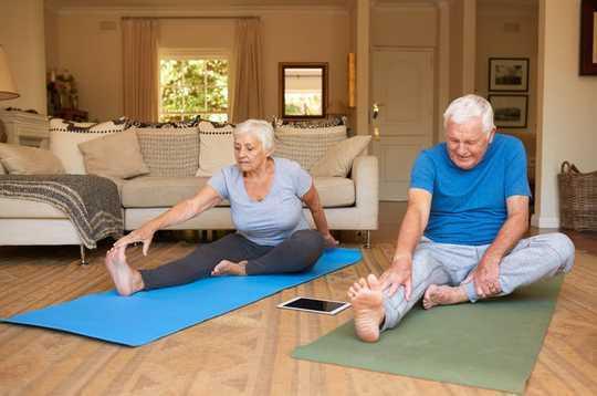 Cómo las personas mayores y las personas con problemas de salud crónicos pueden mantenerse activas en el hogar
