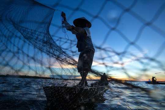 Рыбаки - одна из самых бедных профессий в Индонезии, но одна из самых счастливых