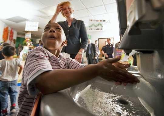 Mengapa Orang Amerika Bosan Menjauhkan Sosial Dan Mencuci Tangan