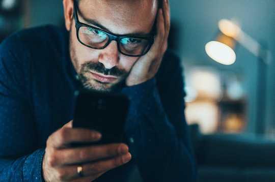 Wie gefälschte Konten ständig manipulieren, was Sie in sozialen Medien sehen