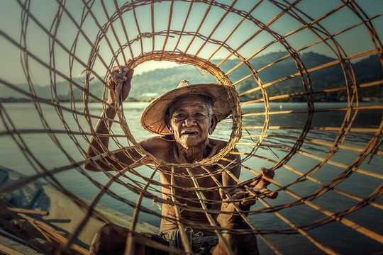 I pescatori sono una delle professioni più povere in Indonesia, eppure sono una delle più felici