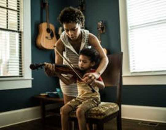 Wie die Verwendung von Musik für Eltern alltägliche Aufgaben beleben und Familienanleihen aufbauen kann
