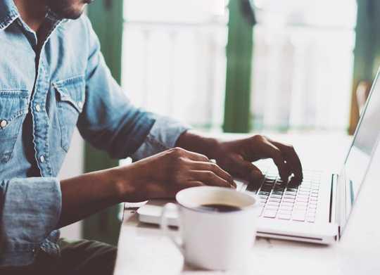 ऑनलाइन सीखने के साथ मानव संपर्क रखने के 5 तरीके