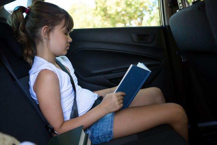 Tại sao đọc ở ghế sau làm bạn cảm thấy đau?
