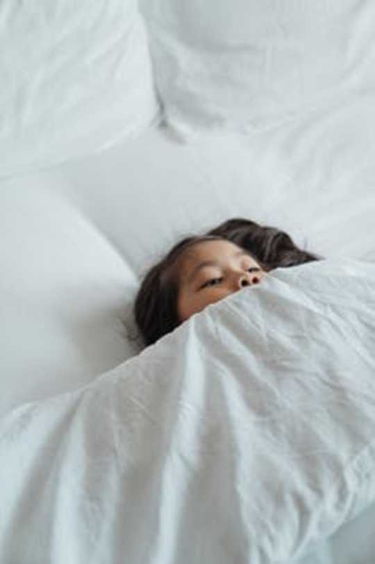 子供が睡眠の問題を発症する10の理由、および保護者の支援方法