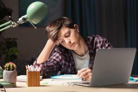 Cómo ayudar a sus hijos con la tarea sin hacerla por ellos