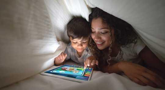 コロナウイルスが子供を家に置きながらスクリーン時間を使用する3つのスマートな方法