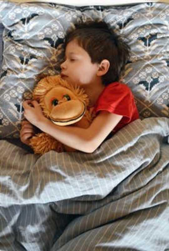 10 причин, по которым у детей развиваются проблемы со сном, и как родители могут помочь