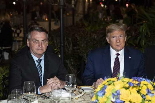 Net soos Trump plaas die Bolsonaro in Brasilië die ekonomie voor sy mense tydens Coronavirus