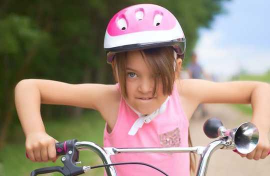 Tại sao trẻ em tự do đi lại và chơi mà không có vấn đề giám sát của người lớn