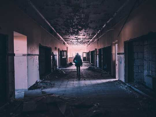 Kuinka nuorten aikuisten uhkit katastrofin jälkeisistä romaneista opettavat meille traumasta ja selviytymisestä