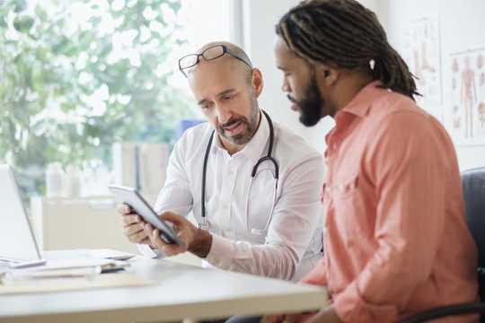 कैसे अमेरिकी स्वास्थ्य प्रणाली में आतंकवादवादियों की देखभाल और लागत अफ्रीकी अमेरिकियों के जीवन देता है