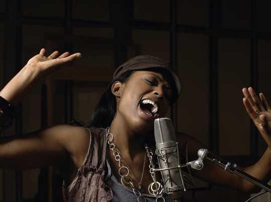 '생일 축하합니다'와 같이 가장 잘 알려진 곡 중 일부가 노래하기 가장 어려운 이유