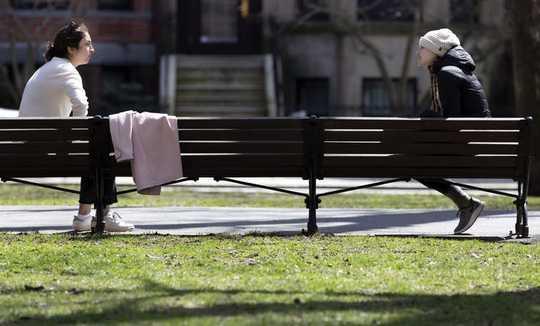 COVID-19 महामारी के दौरान छोटे सामाजिक जोखिम लेने के लिए यह ठीक क्यों नहीं है